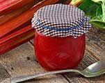Rabarberjam: Snijd 1 kg rabarber in blokjes. Rasp de schil van 1 sinaasappel en pers de vrucht uit. Schil en snijd 1 appel in blokjes. Snijd een vanillestokje overdwars door en haal het merg eruit. Breng alle ingrediënten met een klein beetje water aan de kook in een pan op middelhoog vuur. Voeg, naast het merg, ook de vanillepeul toe, deze geeft extra smaak af. Laat inkoken tot je een mooie dikte hebt (circa 10 minuten). Laat de jam even afkoelen voor je het in schone potten schept.