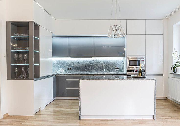 Studio Meblostrefa BIAŁA KUCHNIA  Klasyczna biała kuchnia z prosta zabudową oraz minimalistyczną wyspą.