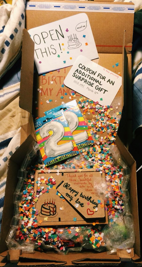 This is the birthday package I sent my lover, more than 450 miles away ! With balloons, confettis, candies, a photo frame of us, a letter and a coupon for a special surprise he'll get in March when we will see each other again (which is a watch). #ldr #ldrrelationship #birthday #boyfriend