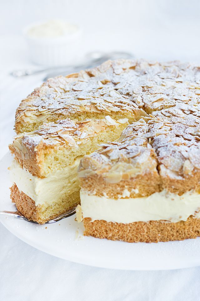 Bienenstich: der deutsche Kuchenklassiker in der easy peasy Variante. Eine leckere, saftige Torte zu jeder Jahreszeit.