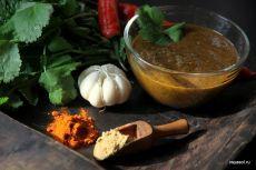 Марокканский маринад шармуля Шармуля – классический марокканский маринад, в котором готовят преимущественно рыбу, но также мясо, птицу, овощи и даже маринуют оливки. В литературе, в особенности, написанной за пределами Марокко, шармуля часто называют соусом. Так, например, поступает Йотам Оттоленги, по рецепту которого я готовила невероятно вкусные запеченные баклажаны с шармулей (см. здесь). Я даже рискнула показать это блюдо по телевидению, когда у меня на Первом канале ...