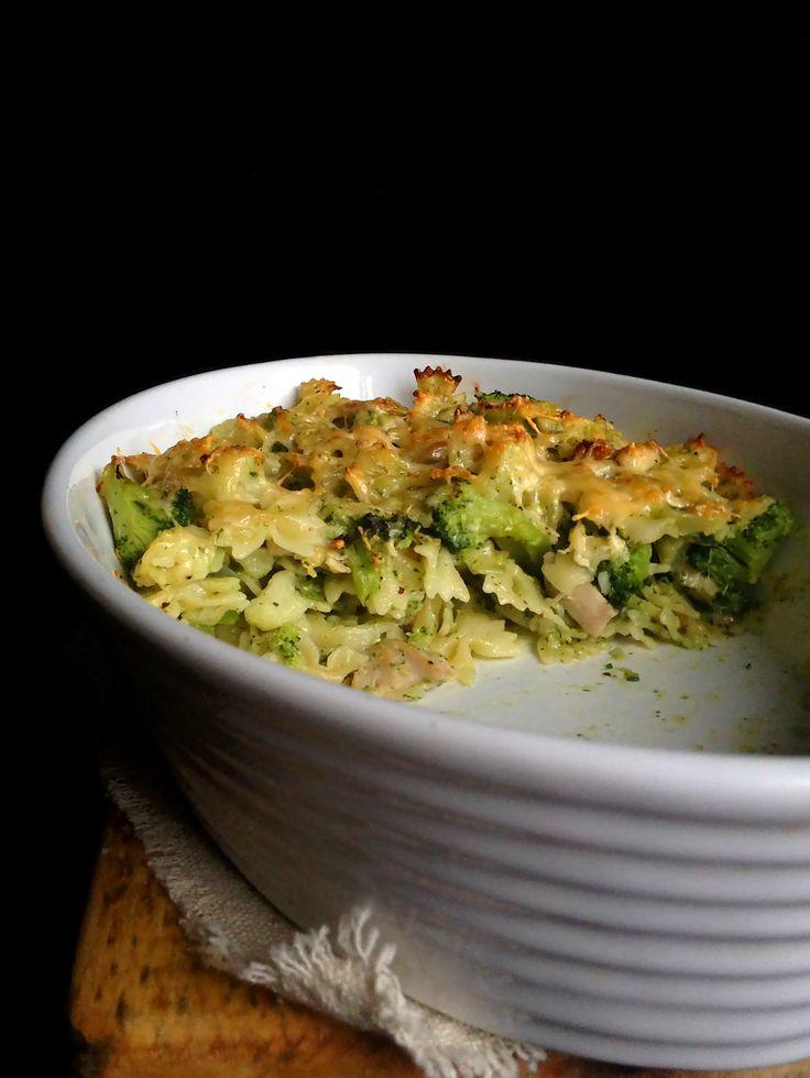 Makaronowa zapiekanka z kurczakiem, brokułami, kalafiorem i pesto