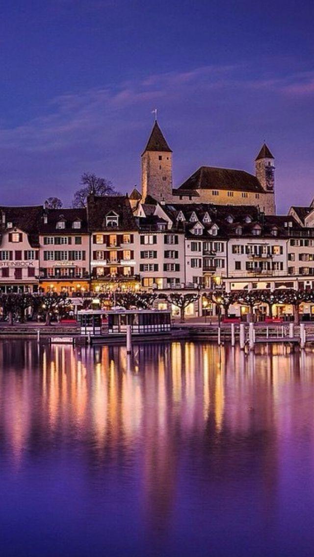 Rapperswil at Lake Zurich: The old town with its castle. | Rapperswiler Altstadt mit Schloss. Im Vordergrund: der Zürichsee.