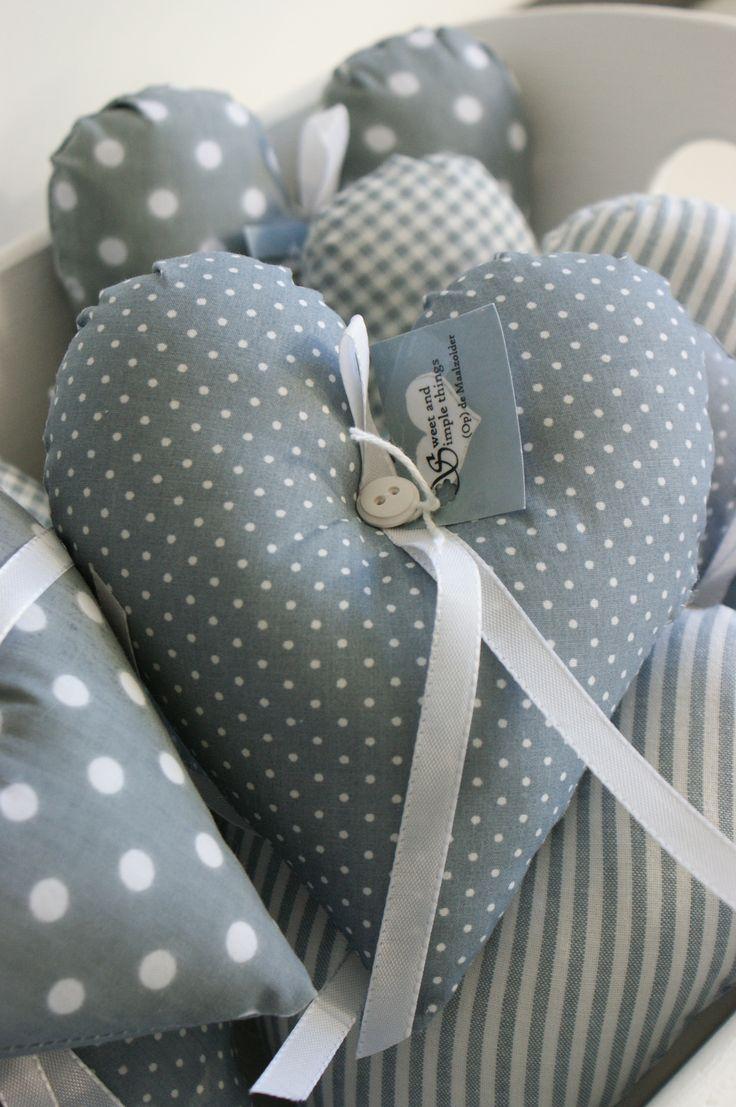 Leuke grijze stoffenhartjes voor in huiskamer of babykamer. Ook te verkrijgen in het roze bij www.prijntje.nl