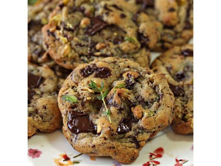 Μπισκότα με φιστίκια, θυμάρι και κομμάτια σοκολάτας