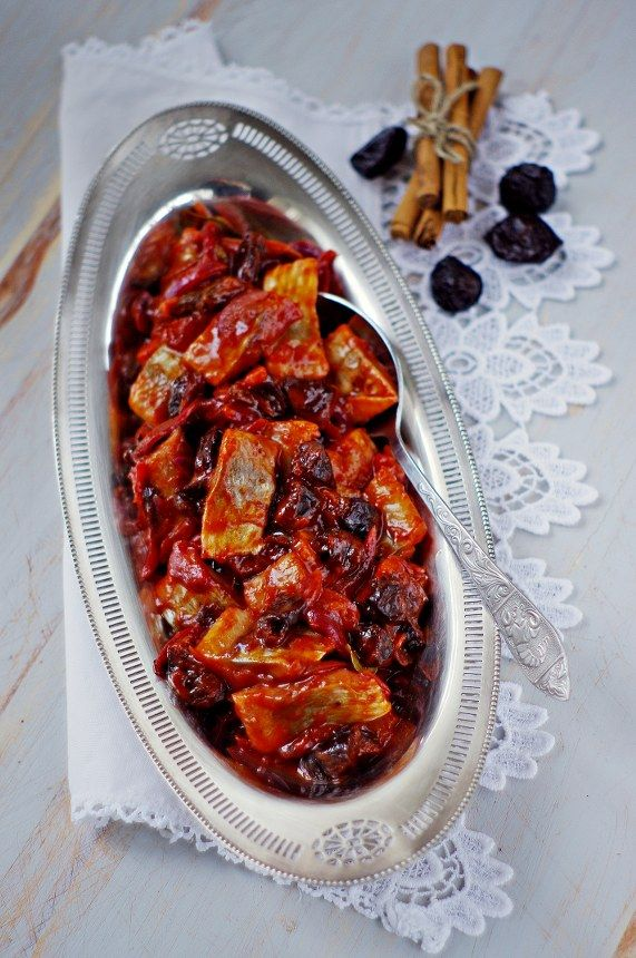 SKARBIEC KULINARNY: Śledzie W Sosie Pomidorowym Z Suszoną Śliwką I Cynamonem