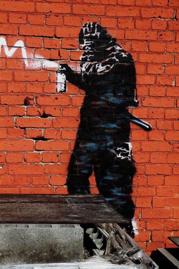 Yksityiskohta kuvasta makasiinin seinässä Forssassa.