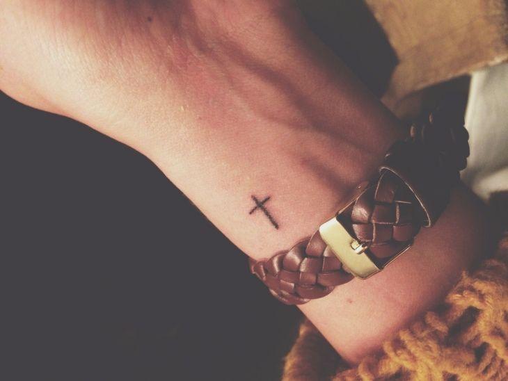Mini Tattoo am Handgelenk – kleines Christuskreuz