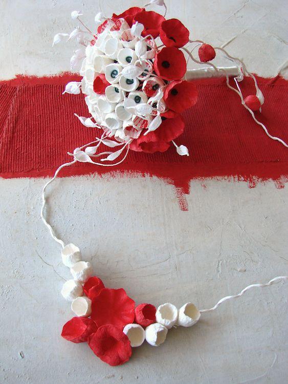 Matrimonio Green , eco bouquet e collana , bianco rosso, fiori di carta Roma , Sposa , nozze sostenibili. Paper flowers bouquet and necklace, by Alessandra Fabre Repetto