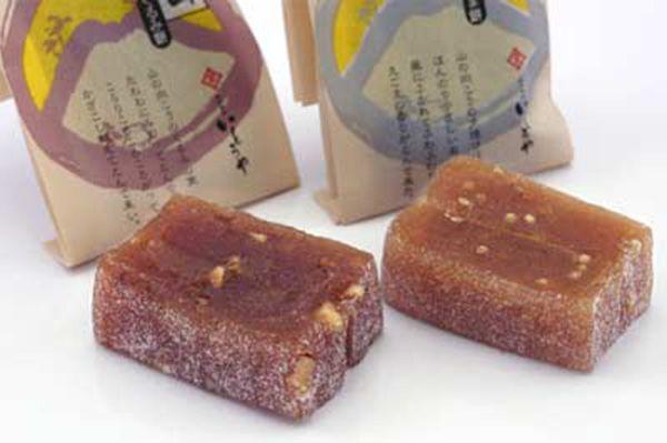 信州飯田いとうや「かざこし山」風越山への思いを込めて作った餅菓子。醤油味の素朴なくるみ餅と味噌味の香ばしいえごま餅