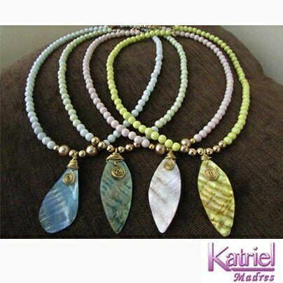 Delicados collares, tonos pasteles, hojas en nacar, perla sintetica.