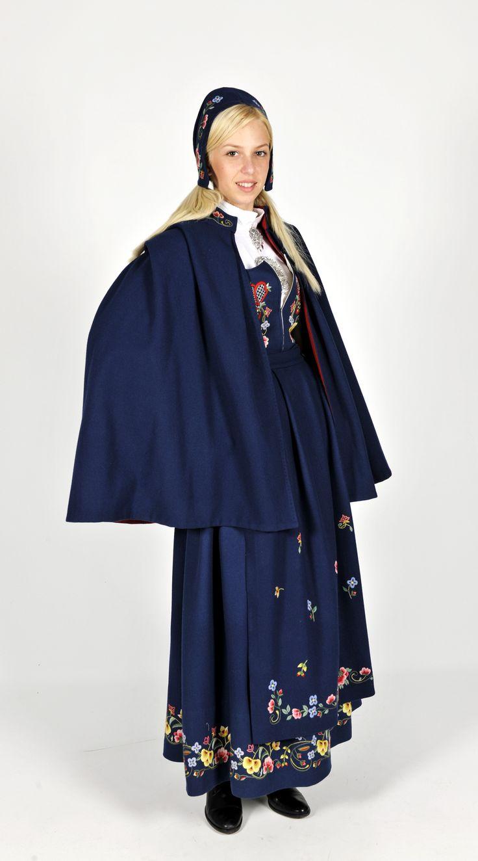 Gudbransdalens festbunad i blå klede med forkle.