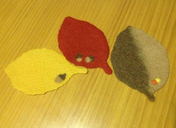 羊毛フェルトの作品です。小さな木の実を乗せたもの(木の実は少し膨らみがあります。)と、どんぐりの模様。秋のティータイムを楽しんで頂けるとうれしいです。サイズ:...|ハンドメイド、手作り、手仕事品の通販・販売・購入ならCreema。