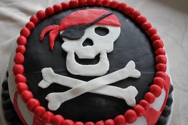 Anniversaire Pirate : rainbow cake recouvert de pâte à sucre