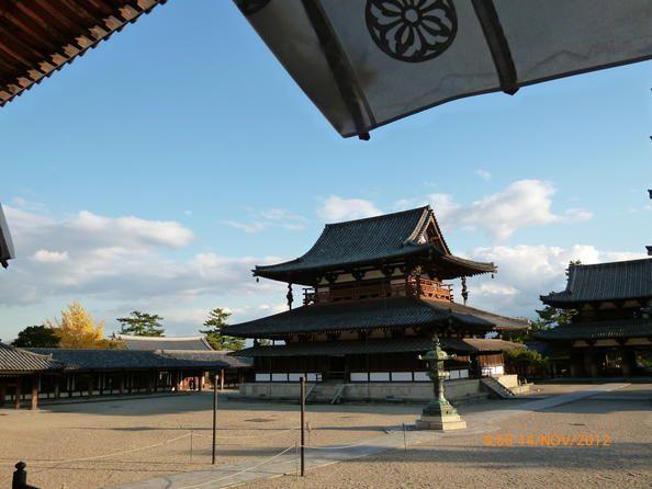 Japon 02 Monumentos budistas de la región de Horyu-ji  Los monumentos budistas de la zona de Horyu-ji, situada en la prefectura de Nara, suman 48 en total. Construidas hacia finales del siglo VII o principios del VIII, algunas de las edificaciones de este sitio figuran entre las construcciones de madera más antiguas conservadas hasta la fecha en el mundo.
