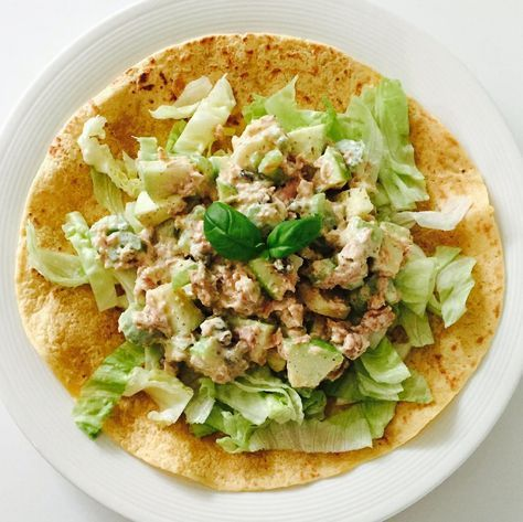Vandaag een heerlijk lunch recept van Marieke! Al een tijdje probeert ze meer eiwitten te eten en ze heeft gemerkt dat dit niet altijd makkelijk is, daarom wil ze deze wrap met skinny tonijnsalade met jullie delen! Wrap met skinny tonijnsalade (2 personen) Wat heb je nodig: – 2 volkoren of meergranen wraps – 2 handjes ijsbergsla – 120 gram tonijn op water –4stengels bleekselderij – 1groene appel – 2 handjes rozijnen –2 el kappertjes – 4 el magere kwark – 2tl mosterd – 2 tl honing –…
