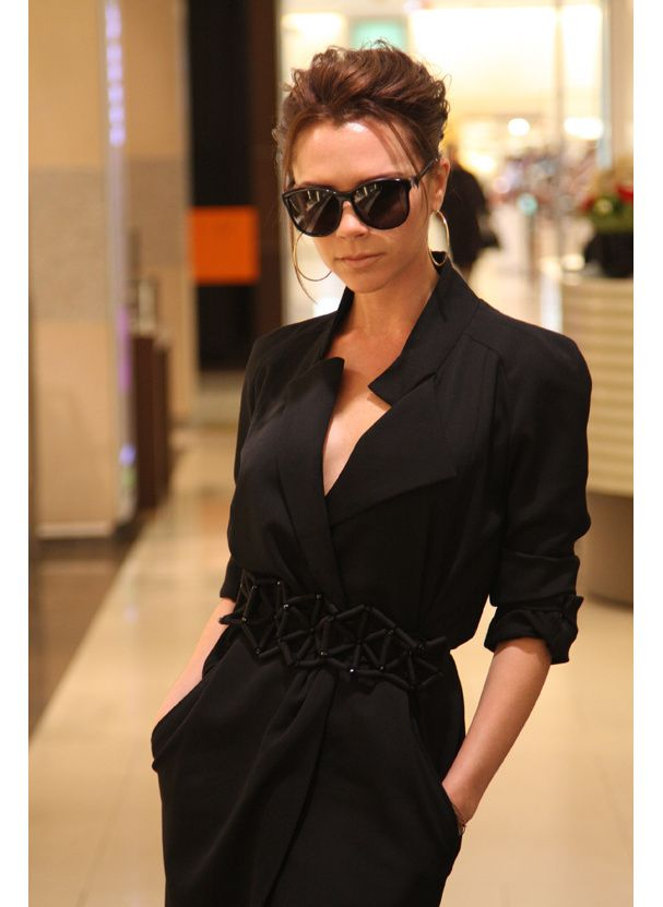 Look de Victoria Beckham en 2010 - petite robe noire esprit manteau, portée avec une ceinture plus originale pour le twist pointu.