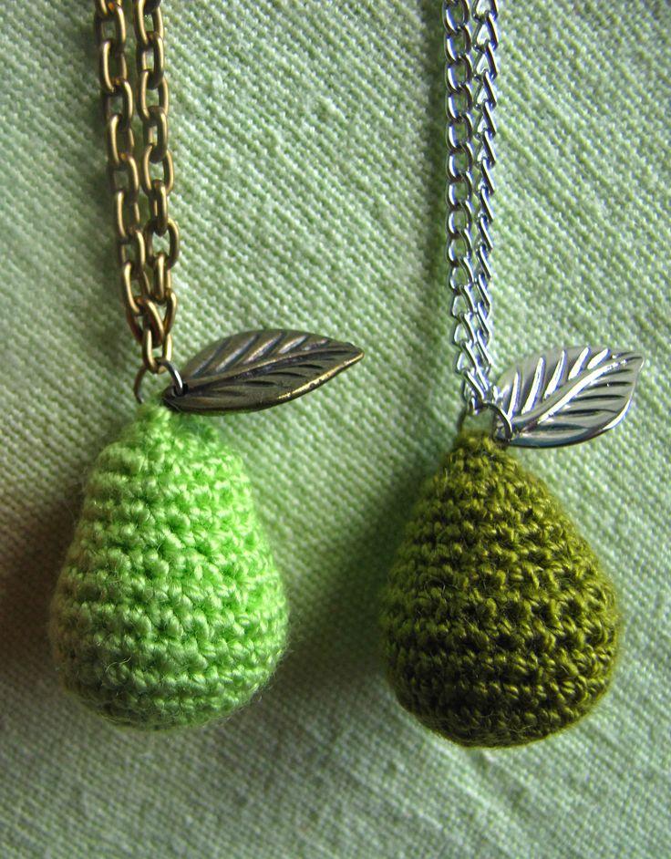 Collares dijes peritas, tejidos en crochet. Cadena y hojita en acero cromado y cobrizo. Pedidos al 3167317595 o al 3125954366.