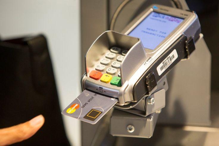 Biometrie beimBezahlen: Mastercard testet Kreditkarte mit Fingerabdrucksensor: Zum Bezahlen braucht manvielleicht baldkeine Pin-Nummer…