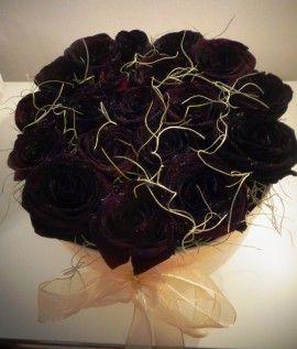 Un cadou special pentru persoana iubita, creat din 19 trandafiri negri intr-o superba si eleganta cutie crem, catifelata si fire de tillandsia - planta aeriana, pe care o puteti pastra ulterior intr-un vas decorativ transparent, si care in conditii prielnice va inflori. Ofera si tu un cadou unic poznas!