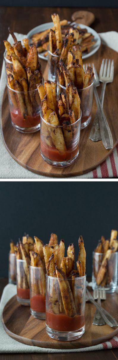 Spicy Dijon Französisch Fries - dieses Rezept für hausgemachte französisch frites ist einfach und dauert nur 35 Minuten, um zu backen!  Servieren Sie sie in Mini-Gläser mit Ketchup.