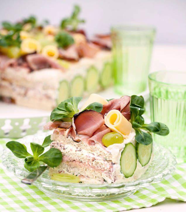 Ett klassiskt recept på god smörgåstårta med läcker fyllning av skinka, leverpastej, grädde och majonnäs. Passar perfekt till midsommar, buffén och kalaset.