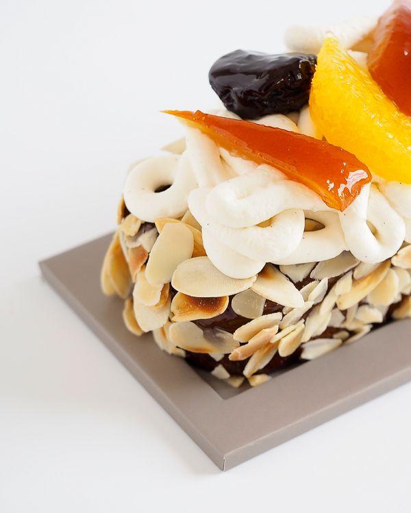 Le saviez-vous, le suprême d'agrume est une façon de détailler les fruits en les pelant à vif et en ne laissant que la pulpe pour un plaisir de dégustation optimum. À découvrir en garniture de notre Cake Pruneau Orange ! #NicolasBernardé #cake #GateaudeVoyage #PatissierVoyageur #dessert #cake #gourmand #gourmet #teatime #Frenchpastry #cakissime #sansgluten #glutenfree #pruneau #orange #citrus #agrume #prune #crème #cream #gâteau #amande #almond #LaGarenne #Colombes #LaDefense #Instafood…