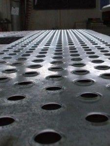 Tabla antiderapanta perforata – tabla de 2 sau 2,5 mm zincata sau otel. Gauri diametru de 24mm si apoi ambutisate