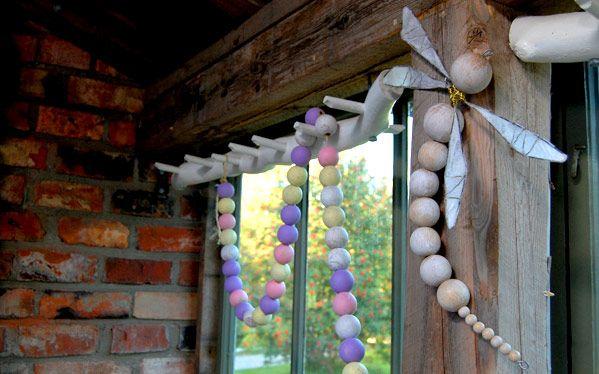 Strömsö: Girlanger och trollsländor av träkulor | DIY huge wooden bead dragonfly