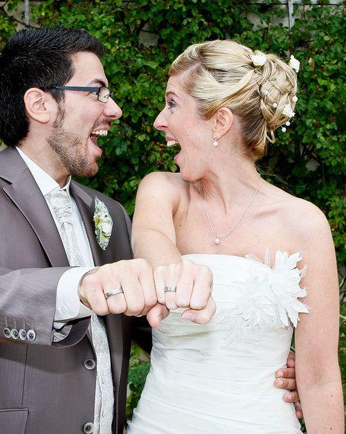 Hochzeitsfotografin aus Goldbach bei Aschaffenburg kreative Hochzeitsbilder Brautstrauß Fotograf Julia Knörzer