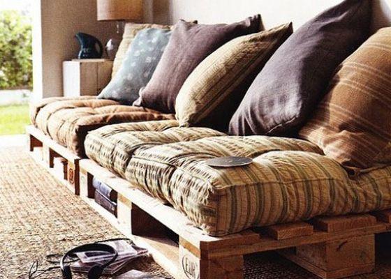 Para um ambiente aconchegante, o pallet recebe almofadas bem fofas e o tapete rústico.