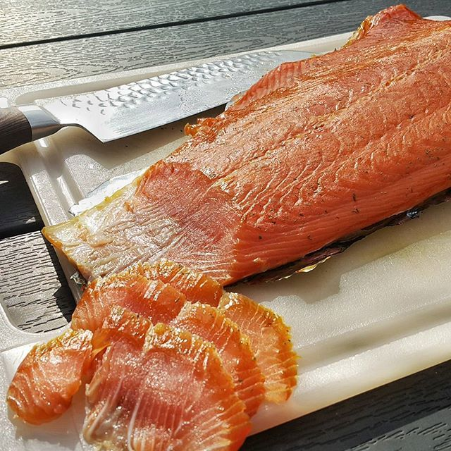 Cold smoked salmon made on the home bbq (recipe in Danish)