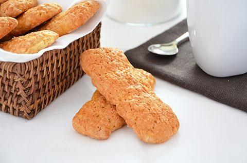 La ricetta dei biscotti semplici è perfetta per la prima colazione. Questi biscotti semplici, fatti solo con  farina, zucchero, latte, olio e uova, sono sani e leggeri e ideali per essere inzuppati nel latte.