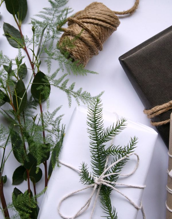 There are many ways of wrapping presents. Here I'm going to show you some simple and natural ways to wrap a Christmas present. I've used brown paper to wrap my prestens for the last I don't know how many years and I still really like it. To me, this is the old fashioned and traditional way, …