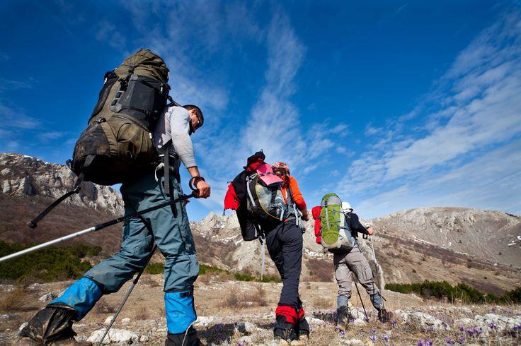 """Trekking é uma palavra de origem sul-africana que significa seguir um trilho ou o chamado percurso pedestre e fazê-lo a pé. Como desporto está inserido na modalidade de pedestrianismo. Só há quem não lhe chame de caminhada porque é talvez mais competitiva, é longa e implica dormir """"fora"""", em abrigos ou tendas, mudando de lugar como se de um excursionista ou um peregrino a pé se tratasse, enquanto numa vulgar ou mais comum se regressa ao ponto de partida para passar a noite."""