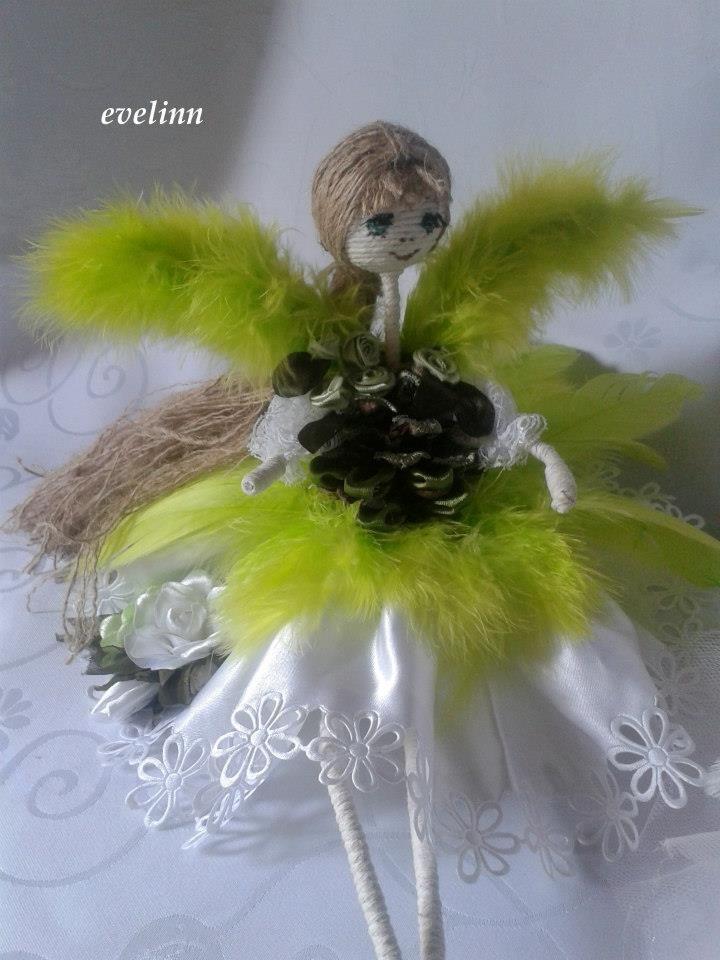 aniołek na bazie szyszki w barwach bieli zieleni.