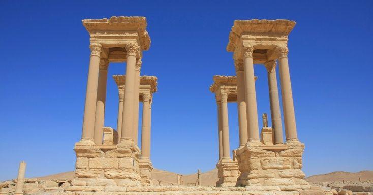 Cada um dos quatro grupos de pilares que formam o Tetrapylon suporta uma cornija sólida de 150 toneladas. Um pedestal no centro de cada quarteto ostentava originalmente uma estátua. Apenas um dos 16 pilares é feito do granito rosa original -- provavelmente trazido das pedreiras de Aswan, no Egito. Os outros são resultado de uma reconstrução feitas às pressas a partir dos anos 1960 pelo Departamento de Antiguidades da Síria. A partir desse ponto, a avenida principal cercada por colunas segue…