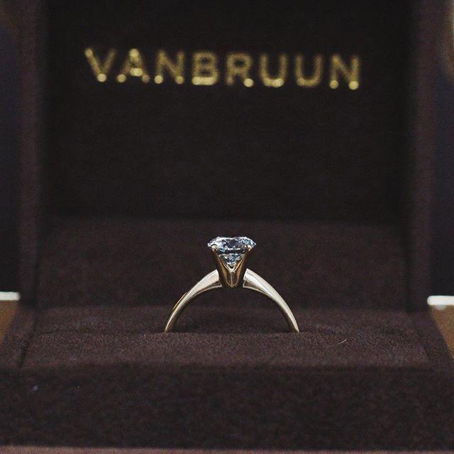 Amelia - makes the diamond say pop.💍 -- #engagement#engagementring#diamond#wedding#love#weddingband#diamonds#jewelry#jewellery#förlovning#nyförlovade#bröllop#kärlek#couple#lovestory#bryllup#forlovet#forlovelsesringe#diamondring#diamantring#diamantringe#diamanter#solitairering#haloring#enstensring VANBRUUN.com