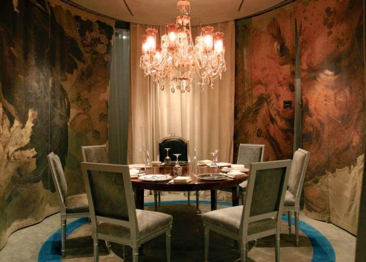 Люстра в столовой http://www.lustra-market.ru/blog/lyustra-v-stolovoj/  Тёмные цвета очень подходят этой столовой — она такая уютная! А ещё уютнее её делает хрустальная люстра с розоватым светом!