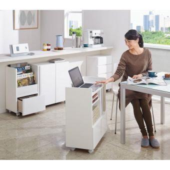 移動ができるワゴン感覚のカウンター下収納庫。キャスター付きで簡単に移動できるワゴン収納庫シリーズ。高さ70cmはダイニングテーブルに合わせて、サブテーブルとしても。薄型収納でデッドスペースを有効活用。
