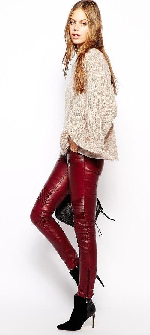 I leggings rossi in ecopelle abbinati a gilet nero in ecopelliccia,giubbino pelle e stivaletti bordeaux.