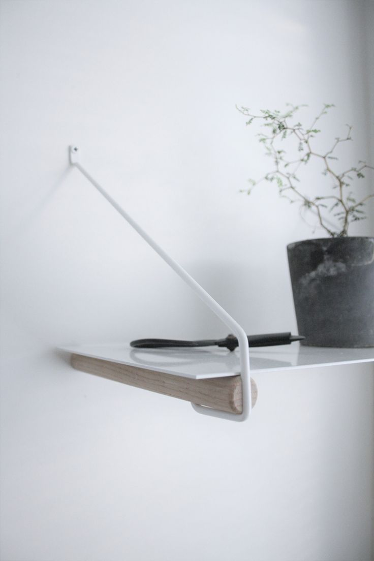Clothes rack and shelf holder in one. Here as shelf holder with a thin shelf on. Free up space on your counter in the kitchen. Also perfect in the entrance or as a nightstand.