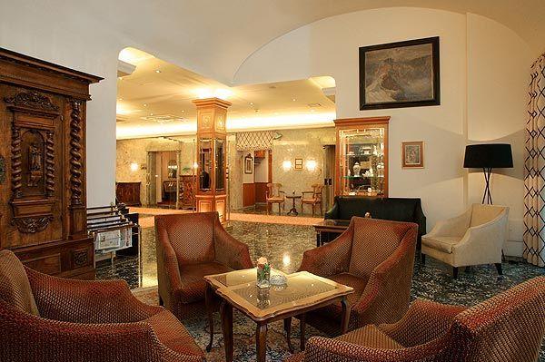 http://www.schick-hotels.com/ Genießen Sie einen Drink nach einem aktiven Tag in Wien an der gemütlichen Hotellobby im Hotel Stefanie.