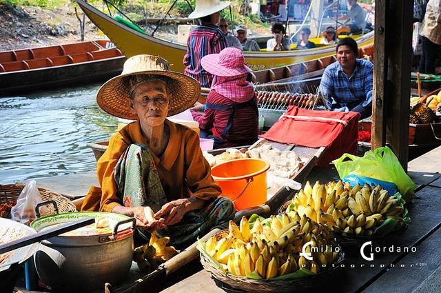 Damnoen Saduak 1/8 - Mercato galleggiante Bangkok, via Flickr.