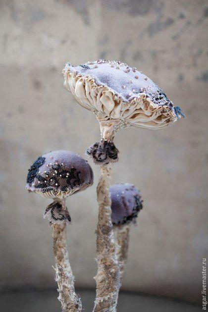 Купить или заказать Catathelasma Imperiale. Интерьерный гриб. в интернет-магазине на Ярмарке Мастеров. Catathelasma Imperiale. Я называю его Имперским грибом (официально он катателазма царская). Винтажные: кружева, бисер (японский, чешский), шелк; ручная роспись. Одной атласной ленты на него ушло 10 метров. :) На буковой подставке есть латунная табличка с его именем.