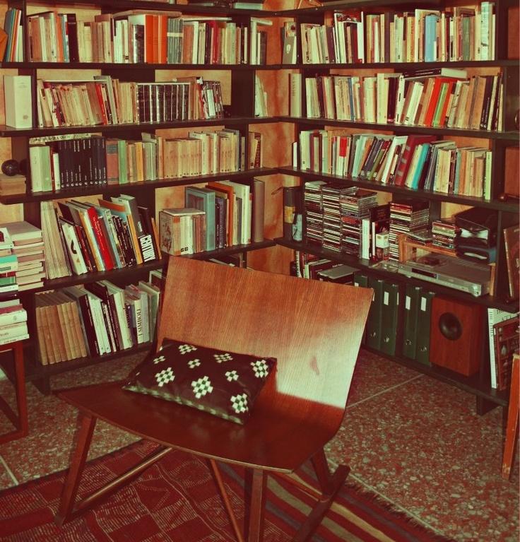 Data la pigrizia, Francesca, co-fondatrice e caporedattrice del Tropico, non poteva non avere una bella sedia vicino ai suoi libri, a dondolo perfino!