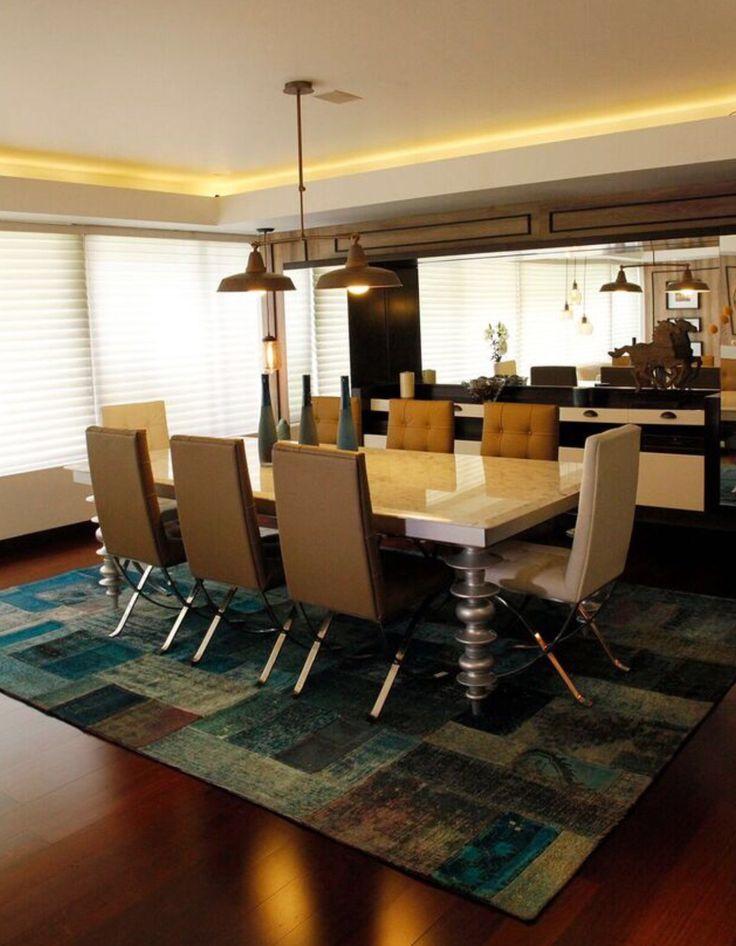 Dinning room with patchwork carpet. Diseño interior de comedor principal con alfombra de patchwork