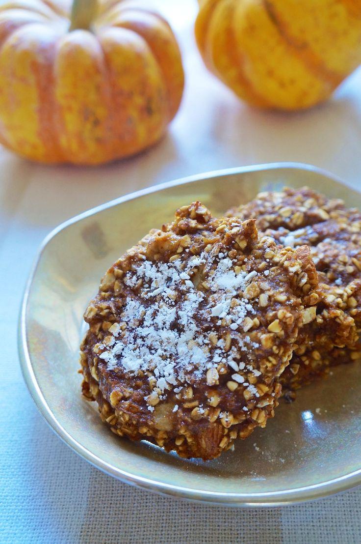80-calorie Pumpkin oat cookies! 1 cup pumpkin puree, 1 ripe banana, 2 tbsp maple syrup, 1 1/4 cups rolled oats, 3 tbsp almond slices, 1/4 cup flax, 2 tsp pumpkin pie spice, 1/4 teaspoon salt (makes 1 dozen)
