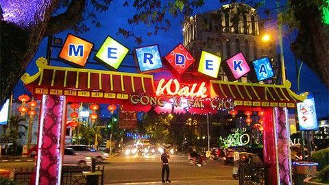 Merdeka Walk : Shopping anda akan semakin puas ditemani keindahan suasana malam hari di Kota Medan.