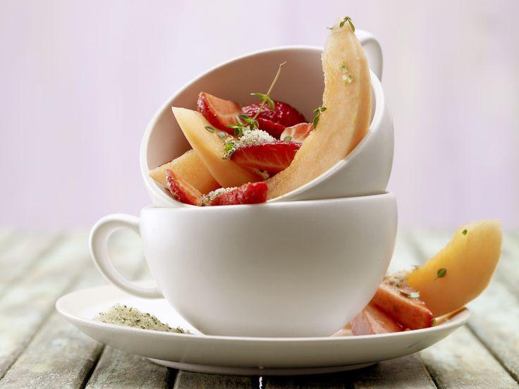 Erdbeer-Melonen-Salat - mit Thymianzucker - smarter - Kalorien: 147 Kcal - Zeit: 25 Min.   eatsmarter.de